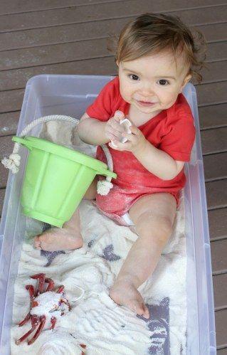 Transformez une malle en plastique en plage pour amuser bébé