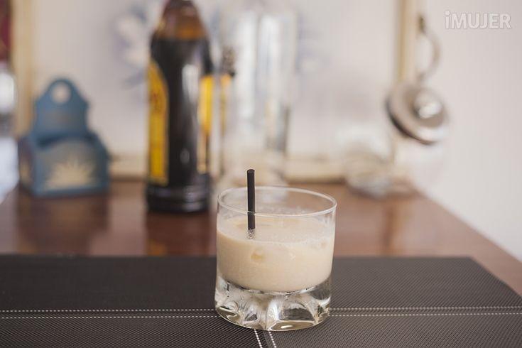 ?v=lkP8gpR3oR4Si quieres innovar con los tragos en tu hogar, tienes que probar este estupendo White Russian.Sin dudas que a más de uno le llamará la atención y querrá probarlo, ¡lo terminarán amando!Anímate a prepararlo.Ingredientes:2 partes de vodka1 parte de licor de café1 parte de crema de leche2 o 3 hielosP