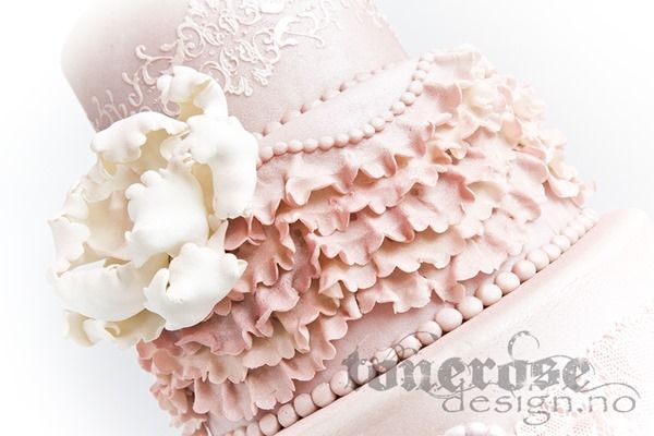 Romantic wedding cake! Lace and ruffles.   Gammelrosa bryllupskake med vakre ustmykkede fantasiblomster =)