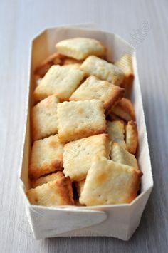 Crackers au parmesan 140g de farine 60g de parmesan 15cl de lait 30g de beurre doux mou 1 cac de sel Râper le parmesan. Mélanger la farine, le parmesan, le sel et 12cl de lait. ajouter le beurre coupé en dés. Pétrir jusqu'à ce que la pâte soit bien lisse, en faire une boule, laisser reposer 1h au frais.
