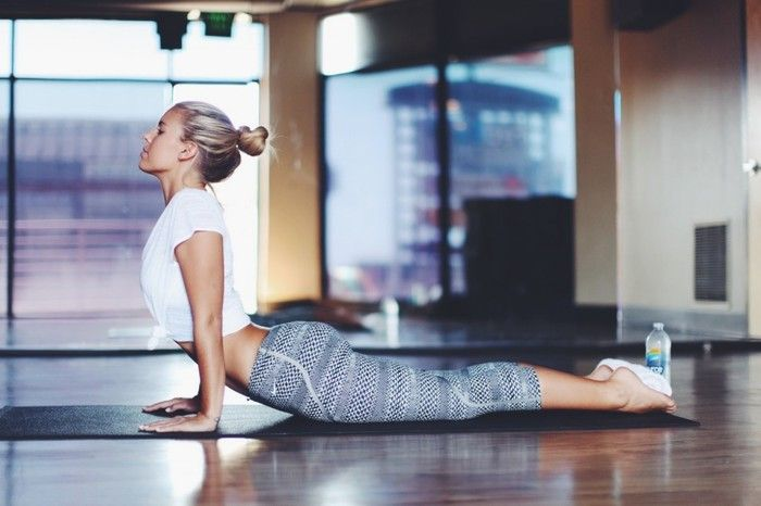今度は、お腹を「伸ばす動作」のアップドッグです。  両手は肩幅、足は腰幅にひらきます。腰痛がある方は、足を腰幅以上に開いて無理のない範囲で行ってください。  このポーズでは背中を反る感覚よりも、さき程のポーズ「ダウンドッグ」で締めた腹筋を伸ばすイメージで行いましょう。  呼吸は4回ほど、慣れてきたらこの2つのポーズを繰り返すのもオススメです。