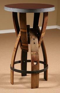 Curiosa silla montada con la madera de un viejo barril de vino.
