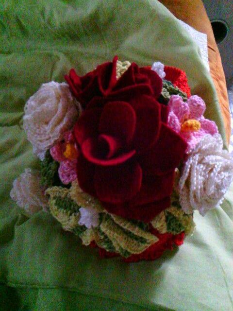 Portagioie, realizzato all' uncinetto,con una fantasia di rose rosse e ranuncoli bianchi, ideale anche come scatolina portaoggetti.