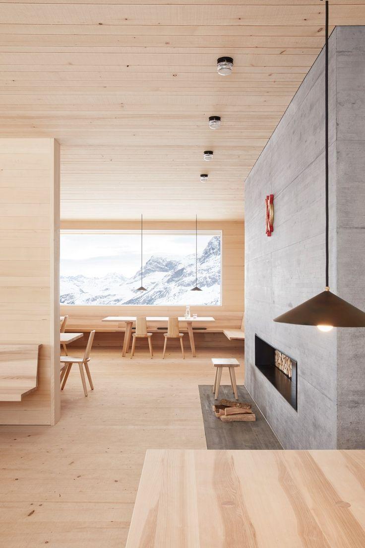 Die Skihütte Wolf ist eine Hütte wie aus dem Bilderbuch: 22 Meter lang, 16 Meter breit und 7 Meter hoch, steht sie auf einem Kellersockel aus Beton in einer atemberaubenden Bergkulisse. Viel Sorgfalt steckt in der Planung: so sind die sägerauen Fichtenlatten an den Außenwänden und Schiebetüren vertikal, damit das Wasser besser abrinnt. An den von der Veranda geschützten Bereichen und auch innen verlaufen sie horizontal. Außen geht die vertikale Struktur der Wand direkt in die des Daches über:
