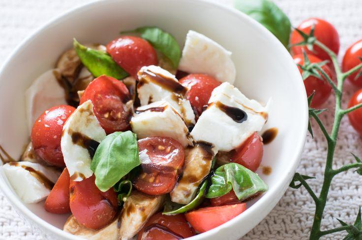 Hier kommt ein tolles 10 Minuten Gericht - sommerlich, frisch, aromatisch. Tomate und Büffelmozzarella - einfach lecker und Low Carb!