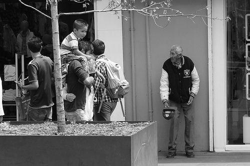 Por Carolina Riveros En medio del descanso veraniego, hemos tomado conocimiento por la prensa de una misma noticia, aunque expresada en dos países. En Turquía y en Suecia se han anunciado sendos programas que ofrecen un pago a las abuelas por cuidar de sus nietos. Se trata de 100 euros (68.100 pesos chilenos, aproximadamente), lo …