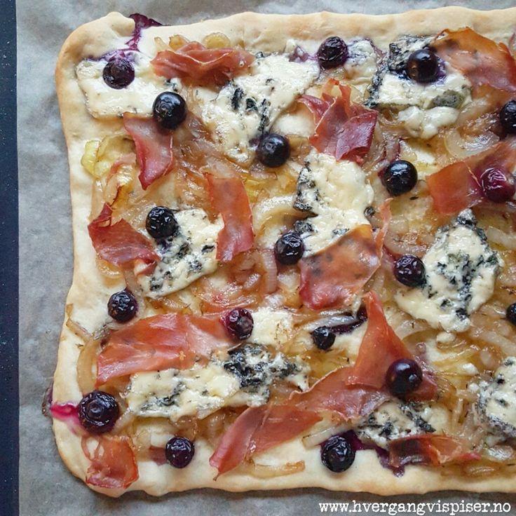 Pizza med karamellisert løk, spekeskinke, blåmuggost og blåbær,  Utrooolig digg!! Oppskrift på http://www.hvergangvispiser.no/2015/09/pizza-med-karamellisert-lk-spekeskinke.html