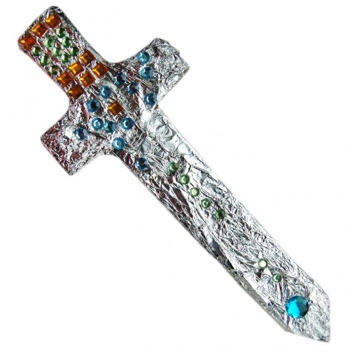 Maak je eigen Excalibur. Knip uit karton een basis zwaard en pak deze in in aluminiumfolie. Versier met allerlei mooie glitters.