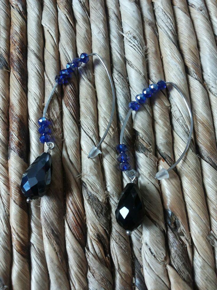 Orecchini fatti a mano con goccia di cristallo blu navy e cristalli bluette. Handmade earings with blue navy crystal drops and electric blue crystals.