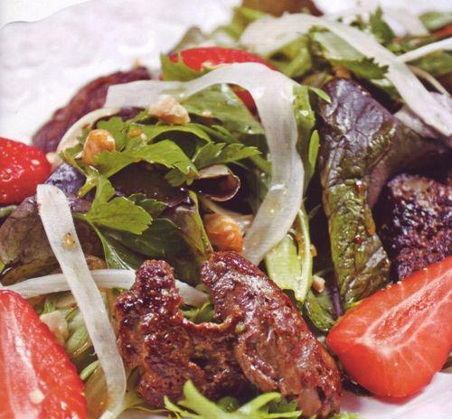 Салат с куриной печенью, клубникой и фенхелем