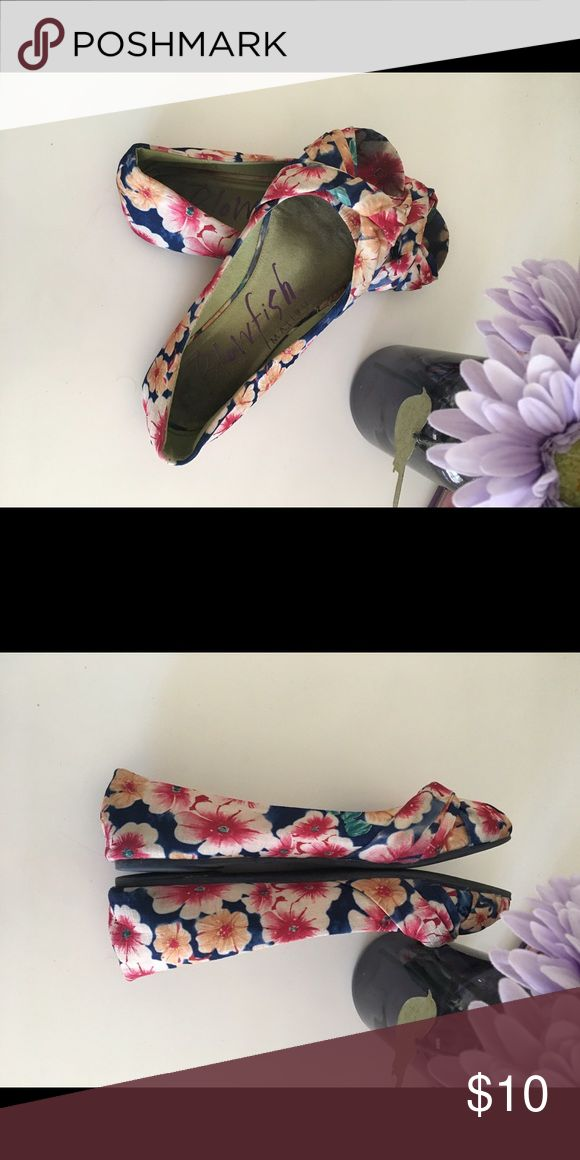 Peep toe flats These colorful peep toe flats will look amazing with white shorts for those hot summer days or even jeans of any color 🌺 the insides look worn but your feet cover that up. Other than that they are in great condition. Only worn a few times!! Shoes Sandals