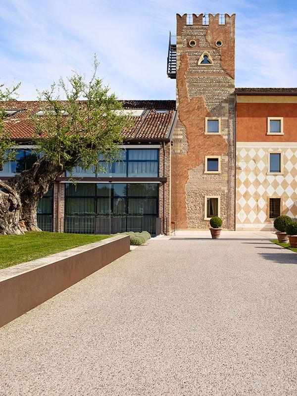 meraviglioso hotel dai tratti storici: Sassoitalia riveste con naturalità ogni viale. #Pavimento #Sassoitalia #Esterni #Country Realizzazioni Ideal Work