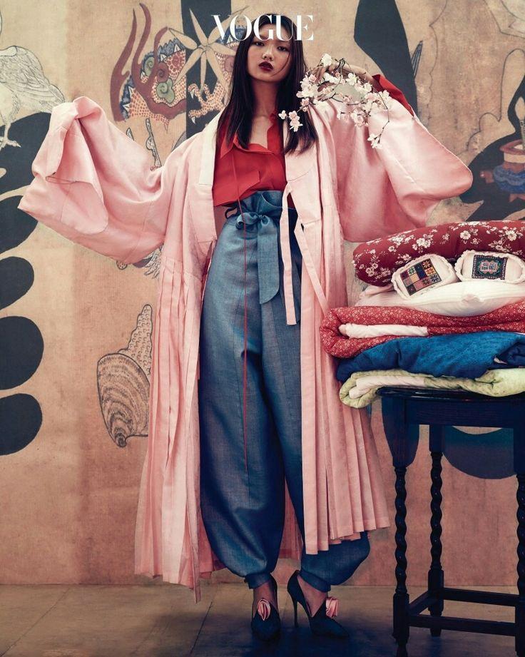 Vogue Korea    플리츠가 돋보이는 연분홍 철릭은 한국의상 백옥수(Baek Oak Soo), 오버사이즈 레드 셔츠 블라우스는 푸시버튼(Pushbutton), 한복 바지는 한복린(Hanbok Lynn), 장미 코사지가 달린 슈즈는 로저 비비에(Roger Vivier). 이불과 베개는 규방도감