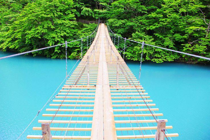 寸又峡の夢の吊り橋を渡ってみたい!ターコイズブルーの湖上を渡って恋愛成就♪ - Find Travel