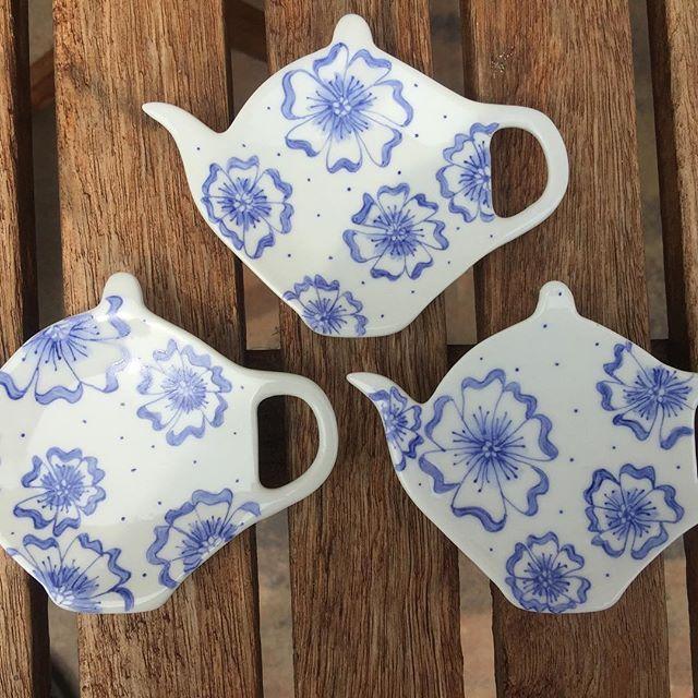 3Theetipjes ……… 🤗  #lief#servies#handbeschilderd#thee#bloemen#blauw#pen#handmade#forsale#origineel#opjebordje.nl