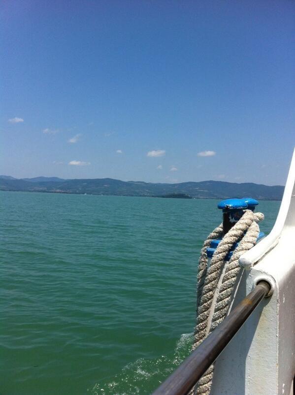 Ieri barca a vela, oggi traghetto. Ieri isola Maggiore, oggi Isola Polvese. In viaggio #AlTrasimeno foto di @UmbriaTourism