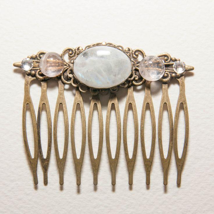 peigne à cheveux féerique orné de cabochons en pierre de lune, quartz rose, et cristal de Swarovski