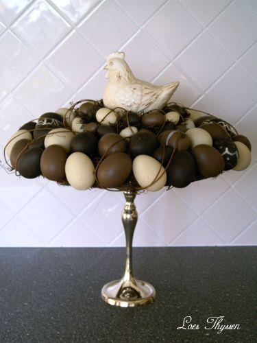 Strokrans beplakt met kunststof eieren en op een schaal geplaatst