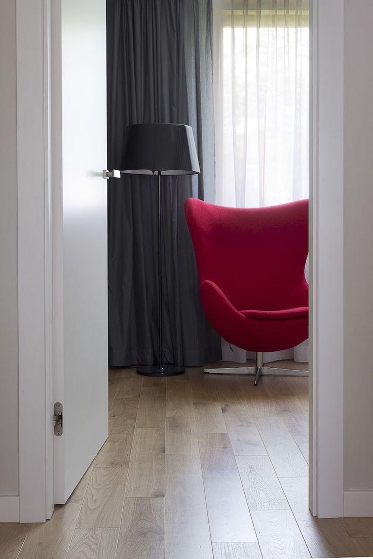 Sypialnia #bedroom #Armchair #red #floor #tryc #interiors #homedesign #homedecor #interiordesigner #warsawainteriors