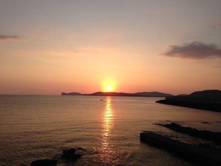 Puesta de sol contemplada des de la gran muralla de la ciudad Alghero. Sardegna
