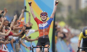 Анна ван дер Брегген празднует после победы в групповой гонке среди женщин.