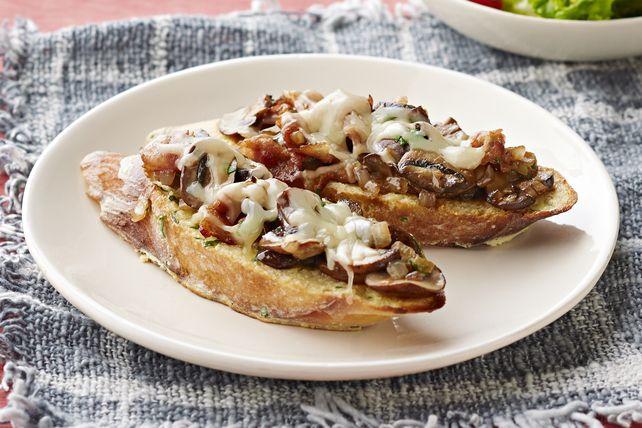Champignons à l'arôme terreux, bacon fumé et fromage crémeux se marient à merveille dans ce sandwich ouvert d'une grande simplicité.