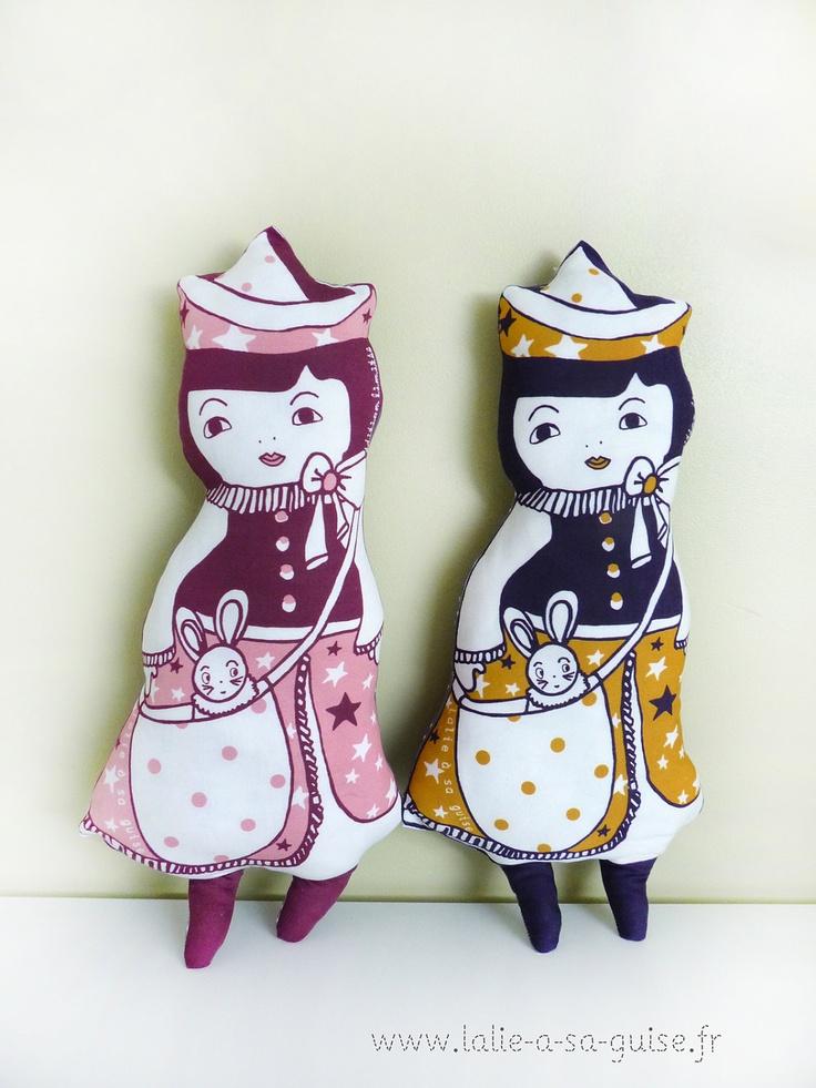 """Art doll poupée """"douceur étoilée"""" bleu nuit et jaune moutarde en coton biologique certifié GOTS. €59,00, via Etsy."""