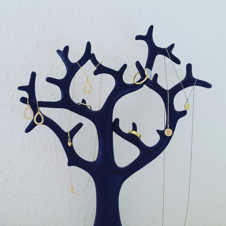 Livets træ med livets smukke glæder.  #hvisk #hviskstyling #hviskstylist #hviskjewellery #hviskbox #smykker #jewellery #ringen #fingerring #fingerringe #ring #halskæde #halskæder #øreringe #smykketræ #smykketræet #smykketræer