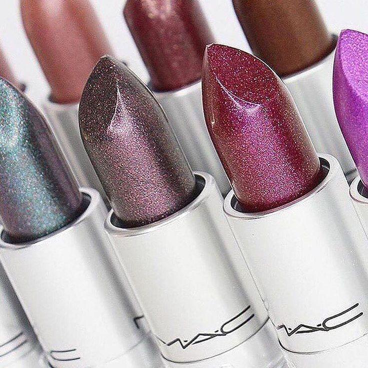 Eccoli più da vicino i nuovissimi rossetti metallizzati della collezione Metallic Lips @maccosmetics  18 lipstick dal finish metal declinati nelle tonalità più disparate: si passa dai classici nude ai rossi violacei passando per le colorazioni più pazzerelle come il blu il verde il grigio e il bianco! QUALE VORRESTE PROVARE? Tutti i dettagli sulla linea MAC Metallic Lips nell'articolo dedicato sul nostro sito ww.beautydea.it (Pic @makeuphuntersnews)  #mac #maccosmetics #metalliclips…
