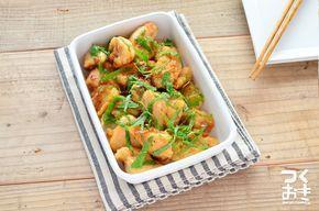 基本のチキン照り焼きのタレをアレンジしたむね肉のおかず。梅としそをプラスするので、醤油の分量をすこしだけ少なめにします。