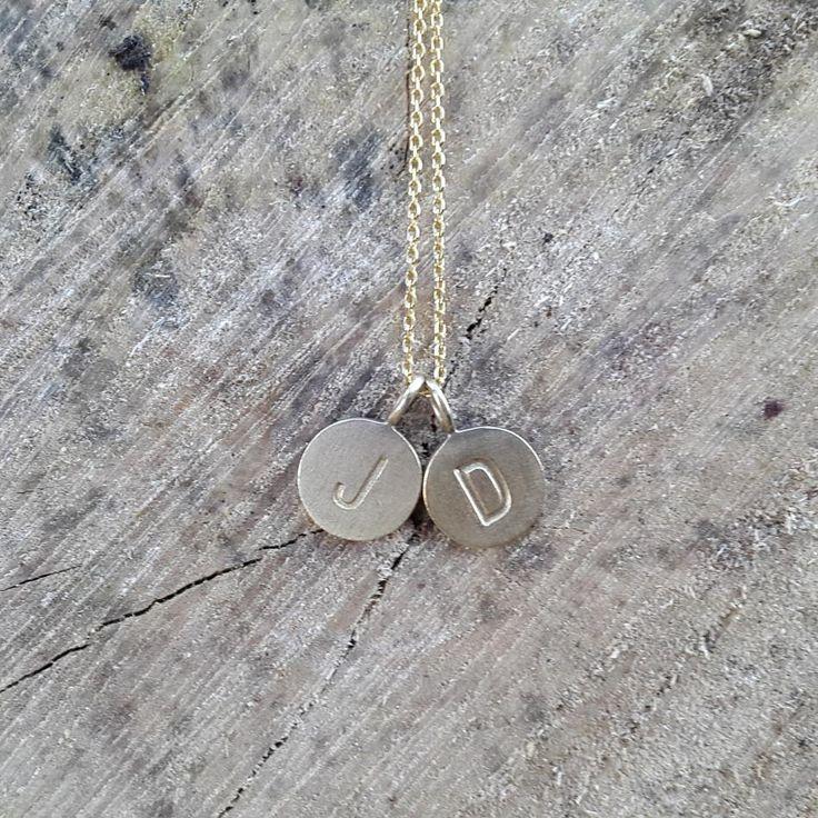 Mit personlige smykke. #hvisk #hviskstyling #hviskstylist #hviskjewellery #smykker #smykke #jewellery  #sølvforgyldt #halskæder #halskæde #vedhæng #bokstavsvædhæng #bokstaver #naturogsmykker #naturen #natur #hviskjanuarstyle #letter #letters