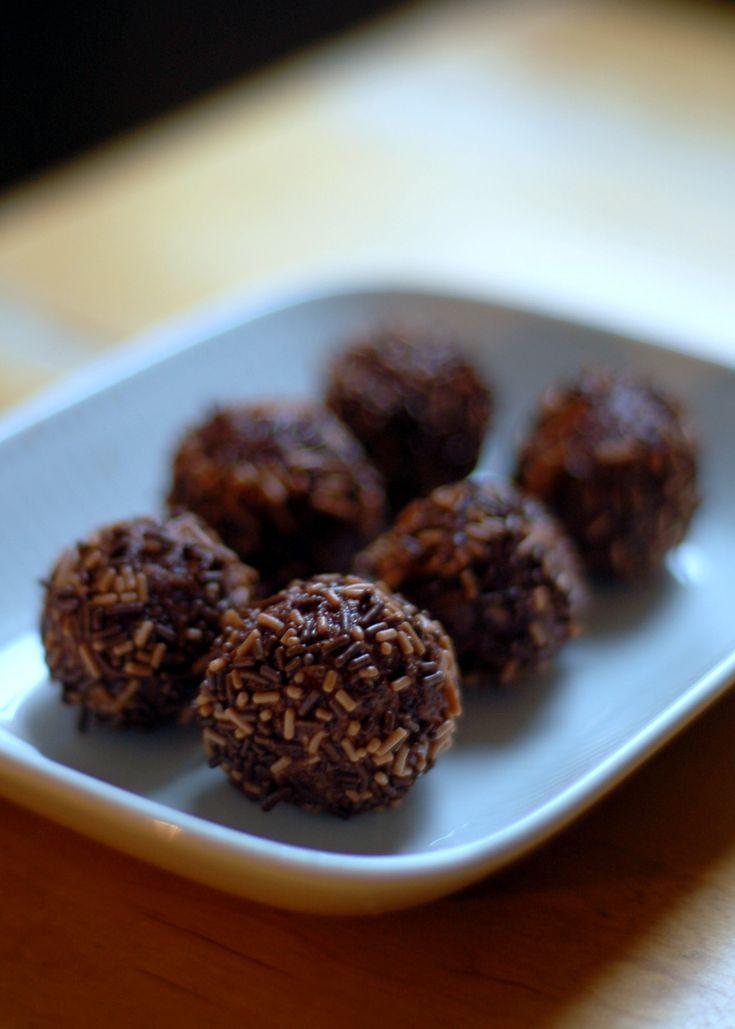 Det piffiga med chokladbollar är inte bara att man gör dem fortare än blixten utan också att man kan variera dem så mycket. Faktum är att man kan smaksätta de små liven med i stort sett vad helst man gillar och få en helt ny sötsak. En variant som är fantastiskt god och gränsar till den klassiska ar