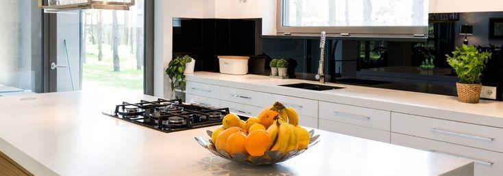 Muszki owocówki to zmora letnich kuchni. Przyciągają je owoce, warzywa, soki i…