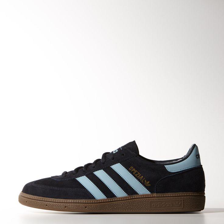 Légère, adhérente et confortable, la chaussure de handball adidas Originals Spezial est rapidement devenue une icône de la mode. Cette version est conçue avec une tige en suède doux, traité pour un look vintage, et trois bandes contrastées.