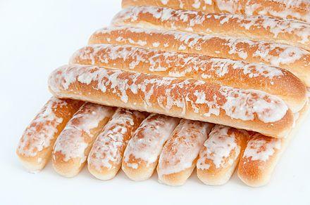 Fartons. Castellanizacio'n de la palabra valenciana -farto'- Se toman por costumbre mojados en horchata fresca.