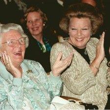 DEN HAAG - Koningin Juliana is donderdag precies 10 jaar geleden op paleis Soestdijk overleden. De oud-vorstin werd 94 jaar. De uitvaart vond 10 dagen later plaats in Delft. Echtgenoot prins Bernhard overleefde Juliana bijna 9 maanden. Hij overleed op 1 december 2004.