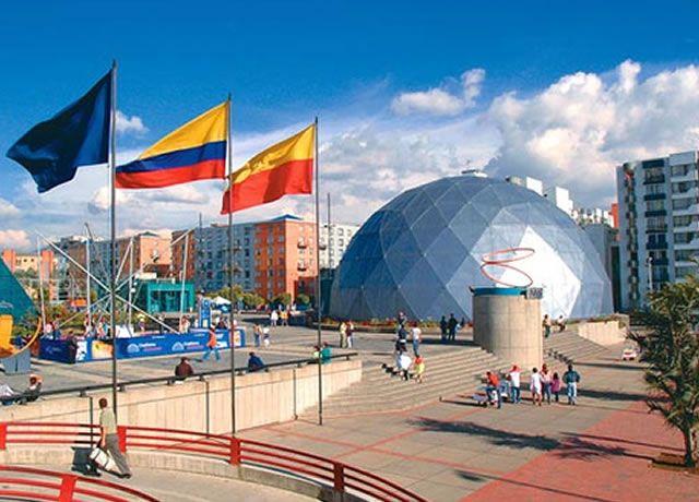 Maloka en Bogotá, Colombia Maloka es un parque temático de ciencia y tecnología que se inauguró en el año 1998. Debe su nombre a un vocablo que significa un lugar para adquirir sabiduría del universo,  hecha por el chamán de  las tribus indígenas esa parte del continente americano.