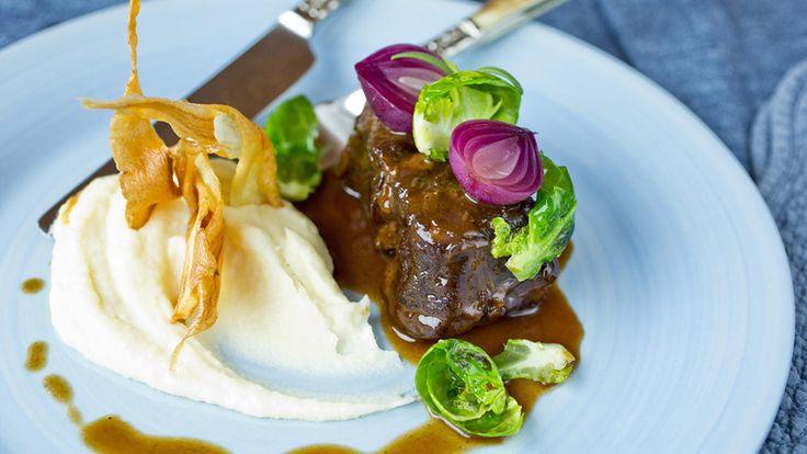 Siden oksehøyryggen får kose seg i timevis i en nydelig blanding av madeira, rødvin og urter, blir kjøttet så mørt at det smelter på tungen. En rimelig rett som både imponerer og smaker.