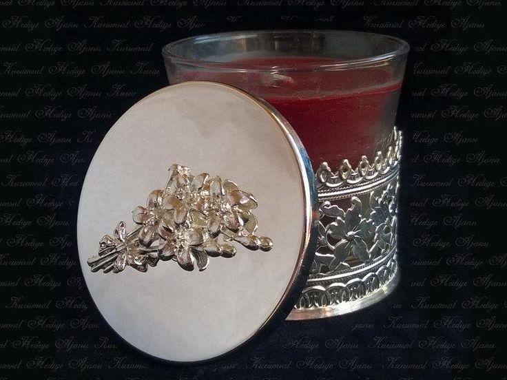 925 ayar gümüş kaplama, kapakta buket tasarımı olan özel bir mumluk…  http://www.kurumsalhediyeajansi.com/showroom/kurumsal-hediyeler/cicek-buketli-mumluk-dtm-1020