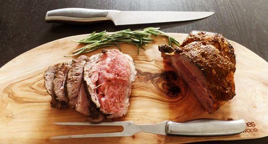 Recept lamsbout uit de oven. Een heerlijk gerecht voor de zondag. De lamsbout wordt in de oven gegaard en gekruid met Provençaalse kruiden.