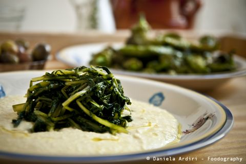 La scorsa settimana Ilaria ci ha parlato del Polpo in Pignata, Zia Lucia lo accompagna con il Purè di fave... ecco per voi la ricetta dell'ngrapiata come non l'avete mai mangiata=>http://www.foodography.it/zia-lucia-incapriata/