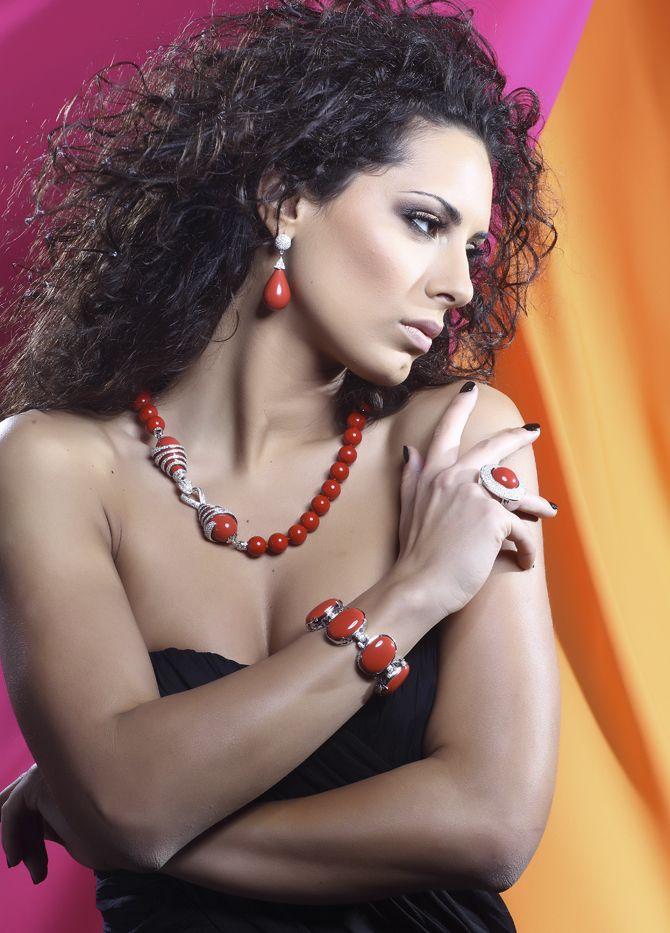 Conjunto de plata rodiada con pasta de coral y circonitas; collar, pendientes, brazalete y pendientes, como conjunto o por separado.