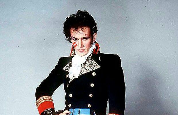 Nowym, electro-punkowo-glamrockowym trendom w muzyce lat 80tych towarzyszyły nowe, eksperymentalne trendy w modzie. Faceci w pełnym makijażu, wąskie krawaty, poszarpane włosy, dziwaczne marynarki – przedstawicieli Nowej Fali nie trudno było rozpoznać w tłumie. www.topnaj.pl