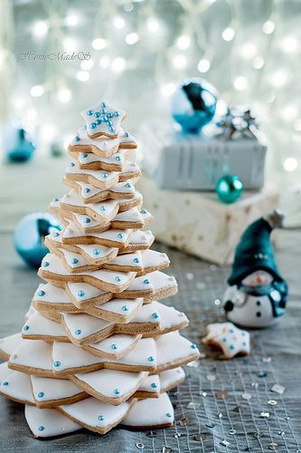 "⚜ Blue Christmas; a tree made of cookies with gorgeous white icing and blue ""ornaments."""