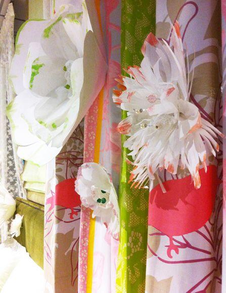 Ανοιξιάτικη διακόσμηση βιτρίνας με χάρτινα λουλούδια και άλλες κατασκευές από χαρτί. Δείτε περισσότερα έργα μας στο http://www.artease.gr/interior-design/emporikoi-xoroi/