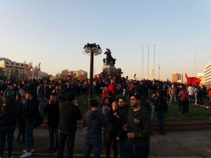 Así se celebra en Plaza Italia el triunfo de la Roja ante Portugal!