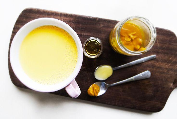 Golden Milk  RECEPT 1 tsk gurkmeja färsk eller torkad 2-3 dl valfri havremjölk 1 tsk ekologisk sesam- eller mandelolja. 1 tsk ekologisk honung 1 msk riven ingefära (eller mer om man vill)