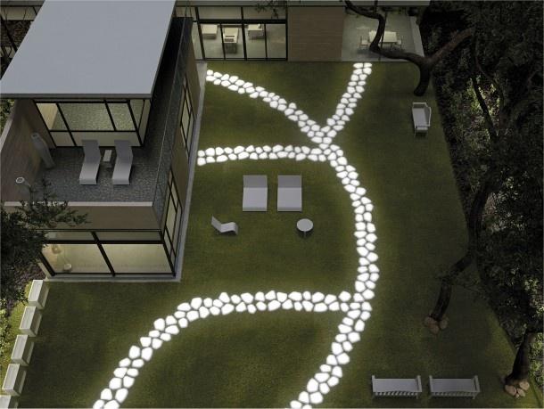 Strakke tuin met lichtgevende witte stenen