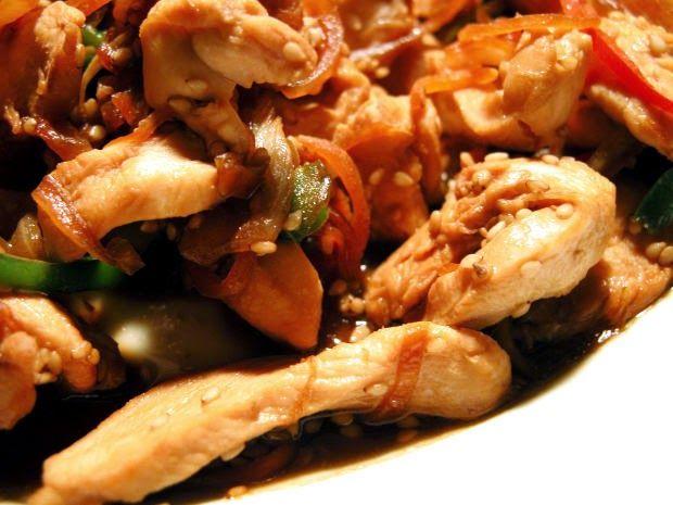 Recette de poulet aux crevettes épicé, cuisiné avec des patates douces, gombo, lait de noix de coco, piment au goût (Caraïbes)