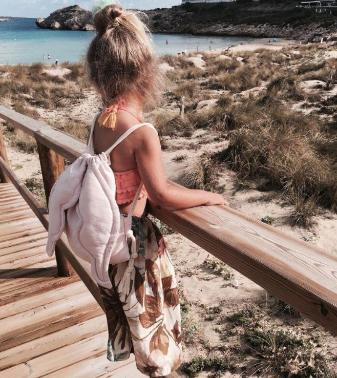 Har ni redan semesterplaner för sommaren ? Glöm inte en ryggsäck som barnen kan packa alla sina skatter i.  Credit: @poolkalook     #dagensoutfit #barnkläder #barnklädesprat #barnklädesinspo #barnmode #babymode #färgförfan #barnklädersäljes #barnklädertillsalu #inspoforkiddos #barnbloppis #ekologiskabarnkläder #dagensmini